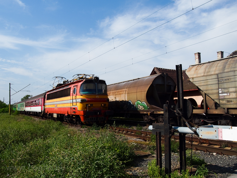 A ŽSSK 240 027-3 pályaszámú Laminátka egy személyvonattal Köbölkút (Gbelce) és Muzsla (Mužla) között a megszűnt sárkányfalvi megállónál fotó