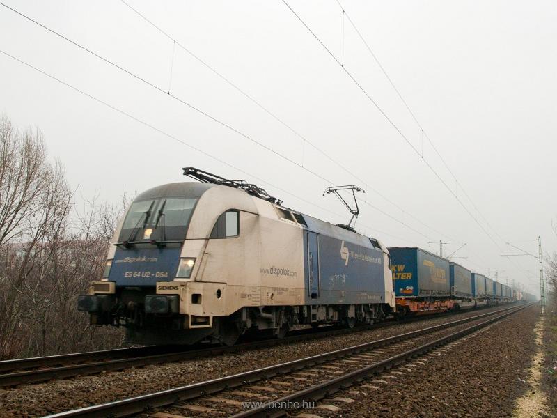 A WLB (Wiener Lokalbahnen AG) ES 64 U2 - 064 pályaszámú Taurusa egy BILK-Hegyeshalom viszonylatú, tehergépkocsi-cserefelépítményeket szállító vonattal Budapesten, a Bartók Béla úti felüljárónál fotó