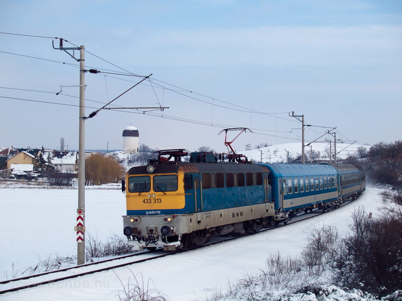 The 433 313 is seen at Öskü photo