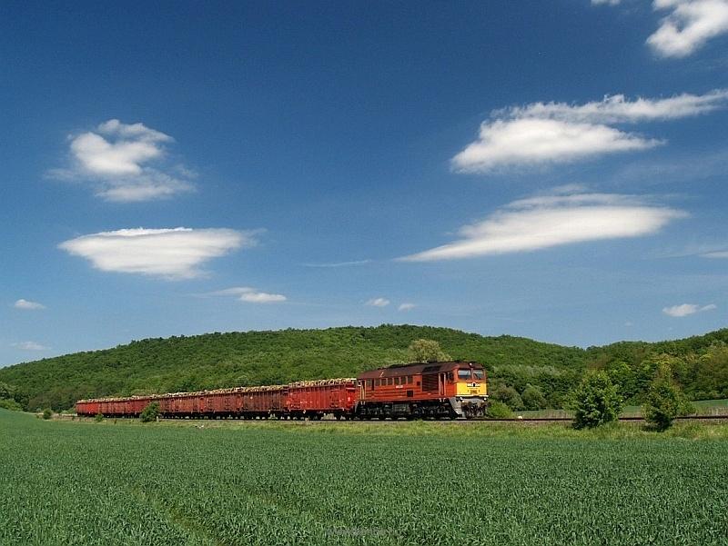 The M62 228 is hauling a gravel train between Acsa-Erdőkürt and Püspökhatvan photo