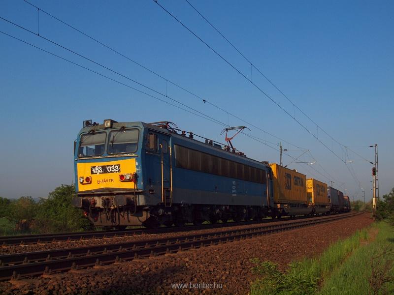 V63 033 egy konténervonatta fotó