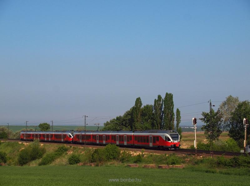 A MÁV-START 5341 043-8 pályaszámú FLIRT elővárosi motorvonata Herceghalom és Biatorbágy között fotó