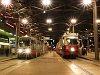 A 685 p�lyasz�m� ULF �s a 4807 p�lyasz�m� E1 villamoskocsi Wien Pratersternben, az �llom�s előtti t�ren tal�lhat� fedett meg�ll�ban