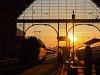 V43-as a napkeltében a Keleti pályaudvaron