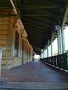 Erős a kontraszt a fölújított állomással
