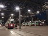 A Wiener Linien 4807-es számú E1-es és a 3-as számú ULF villamosa Bécsben a Praterstern vasútállomás előtti tér fedett villamosvégállomásán