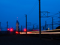 A Praterstern vas�t�llom�s �jszaka. �ppen egy vonat j�r be Handelskai felől, a h�tt�rben a Millennium Tower l�tszik.