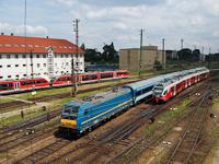 A MÁV-TR 480 001-es TRAXX mozdonya (alias a Kék Tégla) végre elkezdte forda szerinti vonattovábbítási feladatait. Ennek örömére elkészült az első napos fényképem róla, amin egy FLIRT és egy Desiro motorvonattal osztozkodik a Nyugati pályaudvaron!