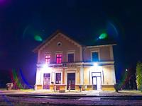 Acsa-Erdőkürt vasútállomás felvételi épülete az éjszakában