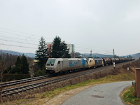 A Railpool TRAXX2 185 584-8 plyaszm mozdonya s egy Wiener Lokalbahnen Taurus a Bcsi Erd&#337;ben Rekawinkel s Drrwien kztt