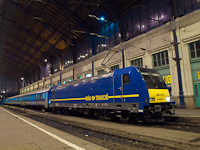 A 480 019-es TRAXX a Nyugati pályaudvar csarnokában éjszaka