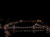 A Duna éjszaka a díszkivilágításban fürdő Lánchíddal és Margit-híddal