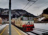 Az olasz vast (FS/Trenitalia) E652 052 plyaszm, hattengelyes, Bo&#39;Bo&#39;Bo&#39; tengelyelrendezs&#369; villanymozdonya egy res autszllt vonattal Pontebba llomson, kzel az olasz-osztrk hatrhoz