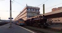 A MÁV Nosztalgia kft. 328,054 pályaszámú gőzmozdonya és a MÁV-TR V43 3159-es Cirmosa a Déli pályaudvaron (Panorámafotó)
