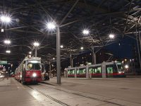 A Wiener Linien 4807-es szm E1-es s a 3-as szm ULF villamosa Bcsben a Praterstern vastlloms el&#337;tti tr fedett villamosvgllomsn