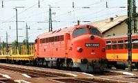 M61 006 egy pályaépítő szerelvénnyel Almásfüzitő állomáson