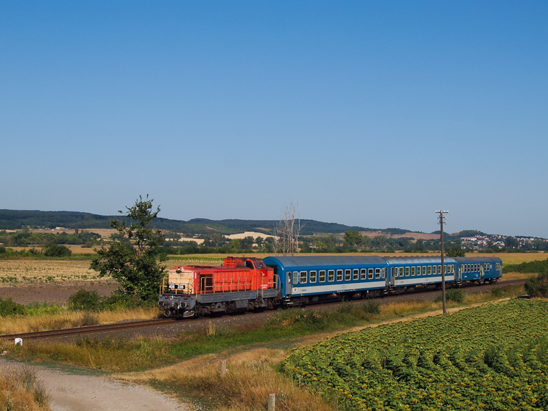 The 408 235 seen between Fehérvárcsurgó and Moha-Rakodó photo