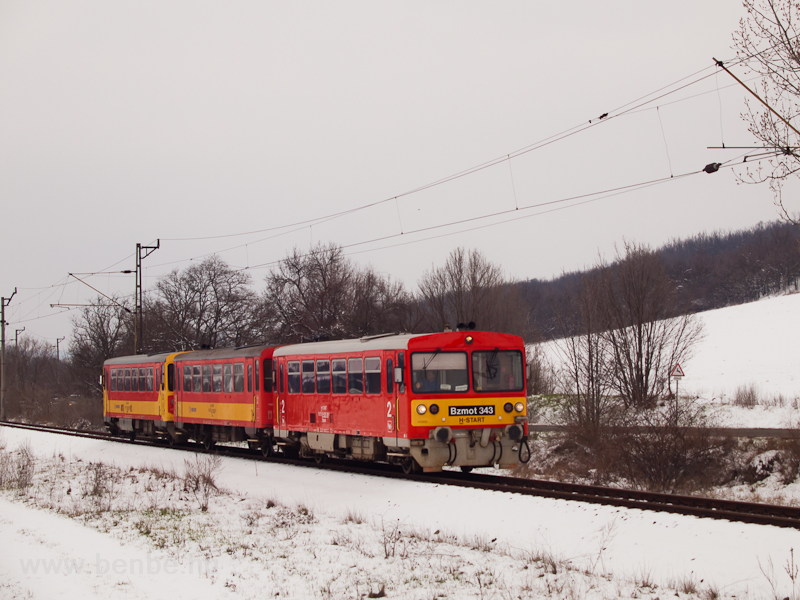 The MÁV-START's retro livery railcar Bzmot 343 was seen between Galgamácsa and Iklad-Domony felső photo