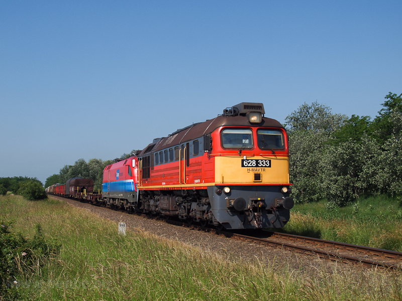 The MÁV-TR 628 333 is seen hauling a detoured freight train during the 2013 Duna floods between Nagyigmánd-Bábolna and Csémpuszta photo