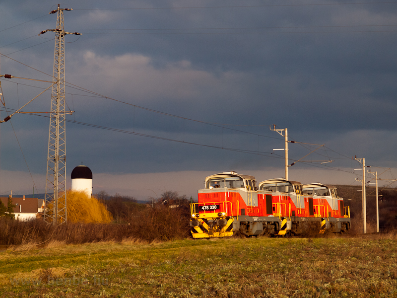 The 478 330 in a triple locomotive train at sunset at Öskü photo