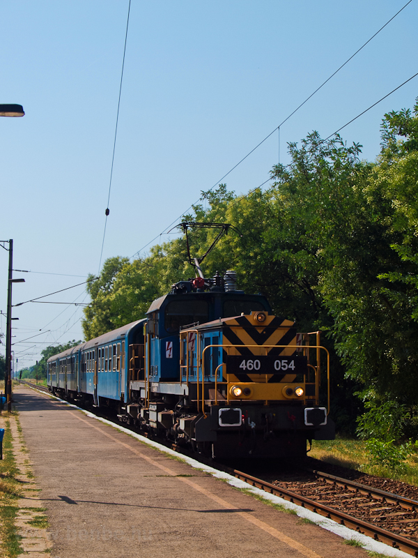 The 460 054 seen at Dunavar photo