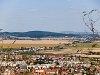 ŽSSK 163-assal továbbított személyvonat Borsi (Borša, Szlovákia) és Sátoraljaújhely-Gyártelep (Slovenské Nové Mesto, Szlovákia) között. A kép a Trianon Kálváriáról készült, amelyet az elszakított területek és magyarok emlékének szenteltek.