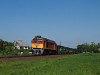 A MÁV-TR 628 333 terelt autószállító vonattal Ászár és Kisbér között