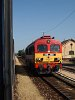 A MÁV-Tr 418 149-es klasszik Csörgő érkezik elvinni a gép nélkül maradt Tekergő szerelvényét - a kép Polgárdi-Ipartelepek állomáson készült