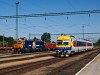 A Train Hungary 040 0739-5 pályaszámú ASEA villanymozdonya és a Bmxtz 002 pályaszámú BVmot vezérlőkocsi Tatabánya állomáson