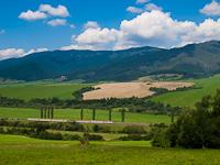 A Horehronec gyorsvonat (akkor még Brno és Kassa között közlekedett, Besztercebányáig cseh Plecháccsal) a Garam völgyében Ágostonlak (Závadka nad Hrnom, Szlovákia) és Helpa (Hel'pa, Szlovákia) között.