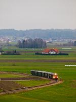 A NÖVOG V12 (eredetileg ÖBB 2095.012) pályaszámú dízelmozdonya a Waldviertler Schmalspurbahnon Eichberg és Alt-Weitra között a Weitrai Adventi Vásárra rendezett különvonatozás alkalmából