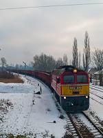 A MÁV-TR M62 230 Óbudán egy útszóró sót szállító vonattal