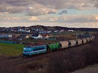 A Magyar Vasúti Áruszállító (MVÁ) 242 256-6 egy gabonaszállító tehervonattal Öskünél