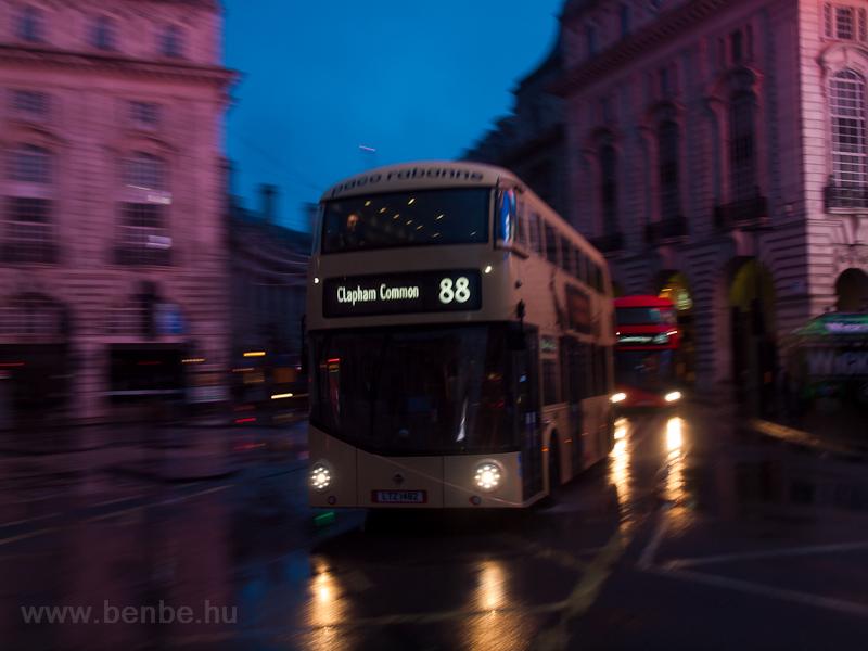 Svenkelt új emeletes busz L fotó