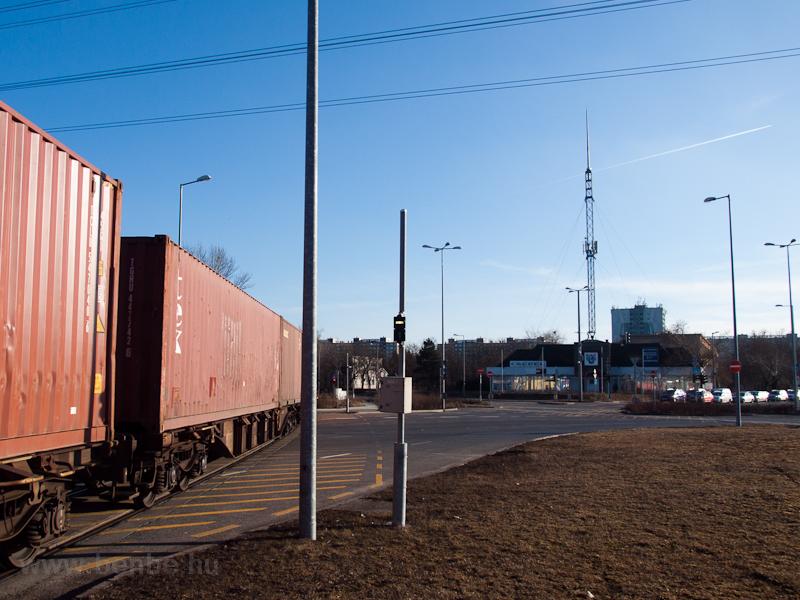 Közúti vasút - az útátjárót közúti fényjelző fedezi, ami villamosos lámpával jelez vissza  fotó