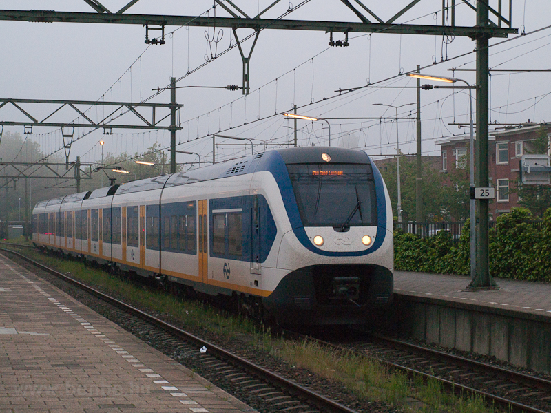 A six-car (Siemens-built) N picture