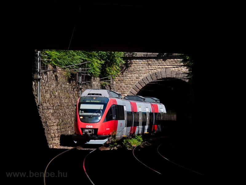 Az ÖBB 4024 101-0 a bécsi Vorortlinie vonalon Wien Heiligenstadt és Oberdöbling között a 71 méter hosszú Zehenthoftunnel (Unterdöblinger Tunnel) és a közúti felüljáró között fotó