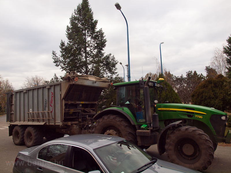 A tracteur carrying sugar b photo