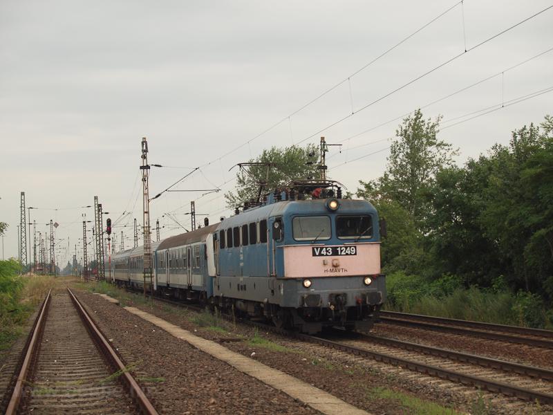 V43 1249 egy kör-IC vonattal Mezőkeresztes-Mezőnyárádon  fotó