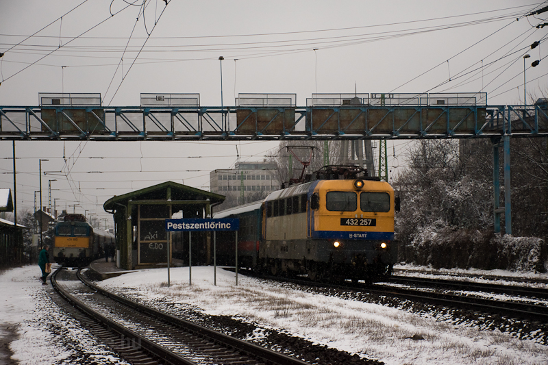 The 432 257 is passing the  picture