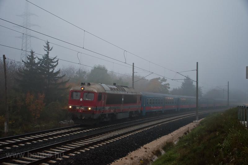 A MÁV-START M41 2143 (418 143) Aranyvölgy és Óbuda között a ködben, még a villamos vontatás elindulása előtti héten A Retró-Csörgő utolsó megjelenése volt ez a vonalon, emiatt is megérte kora reggel fölkelni. fotó