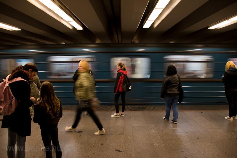 Utasok az Árpád híd metróállomáson  fotó