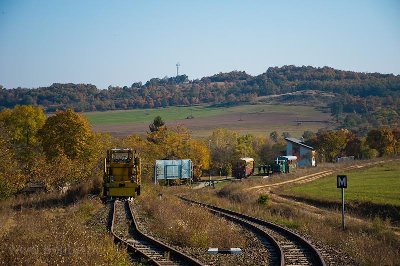 Márianosztra 3 vonattal: a KV01 aláverőgéppel, a helyi Tóbival és a D04-501 mozdonnyal  fotó