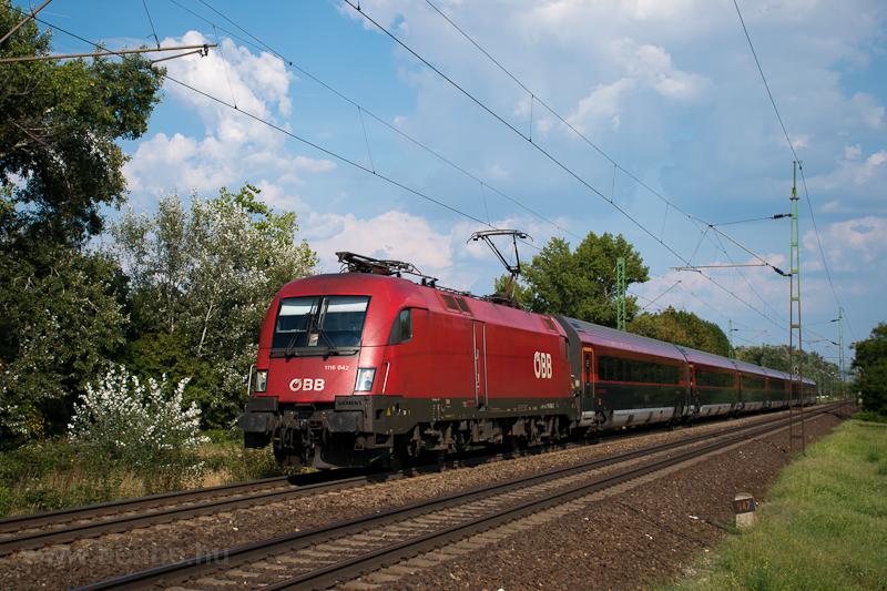 Az ÖBB 1116 042 pályaszámú Taurus egy railjet-vonattal Almásfüzitő felső és Szőny között  fotó