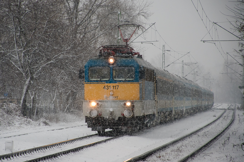 A MÁV-START 431 117 Kőbánya-Kispest és Kőbánya alsó között egy hosszú InterCity szerelvénnyel a havazásban  fotó