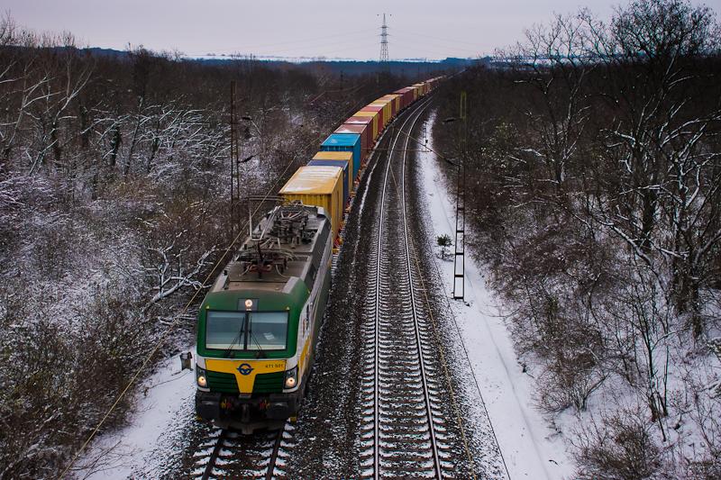 A GYSEV 471 501 pályaszámú, Siemens Vectron MS típusú, négyáramrendszerű (Szlovénia, Szlovákia és Csehország egyenárammal villamosított vonalain való közlekedésre is alkalmas) villanymozdonya egy intermodális tehervonat élén Bicske és Szár között fotó