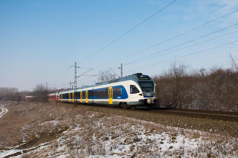 A MÁV-START 415 114 pályaszámú, kék Stadler FLIRT motorvonata csatolva két piros FLIRT-tel Herceghalom és Biatorbágy között  fotó