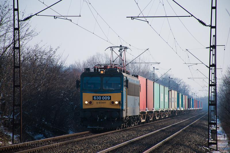 A 630 009 pályaszámú Gigant tehervonattal Herceghalomnál  fotó