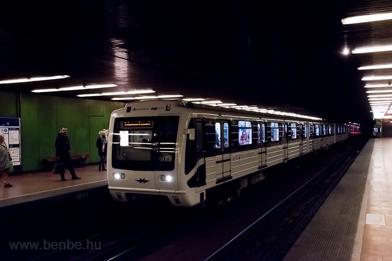 Panda, felújított metró a régi Népliget megállóhelyen  fotó