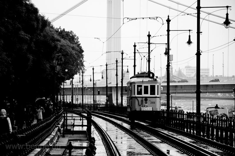 A BKV Budapest 2806 pályaszámú, favázas villamosa és az Erzsébet híd  fotó